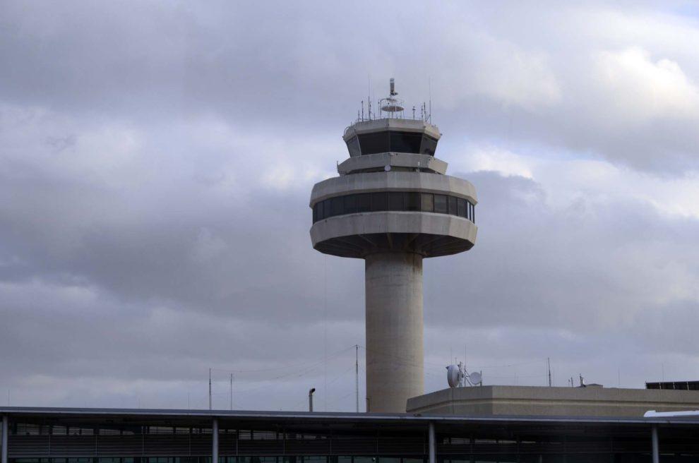 Torre de control del aeropuerto de Palma de Mallorca que también alberga, el centro de control de tráfico aéreo.