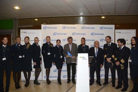 Juna José Hidalgo y Miguel Calahorrano, embajador de Ecuador en España junto a la tripulación del primer vuelo de Air Europa a Guayaquil.
