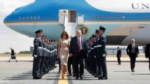 Trump y su mujer abandonando el Air Force One