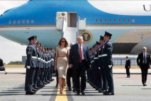 Trump y su mujer abandonando el Air Force One