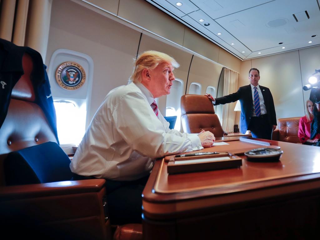 acae309fb0acf Donald Trump en el despacho presidencial a bordo del Air Force One. Cuando  llego a