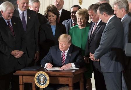 El presidente Trump firma la carta de inciativa que pone en marcha la privatización del sistema de control aéreo de Estados Unidos.