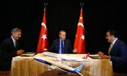 Momento de la firma del  acuerdo entre Boeing y Turkish Airline, con presencia del Vicepresidente de Boeing Ray Conner, el presidente turco Erdogan, y el de Turskis Airline, Ilker Aycl.
