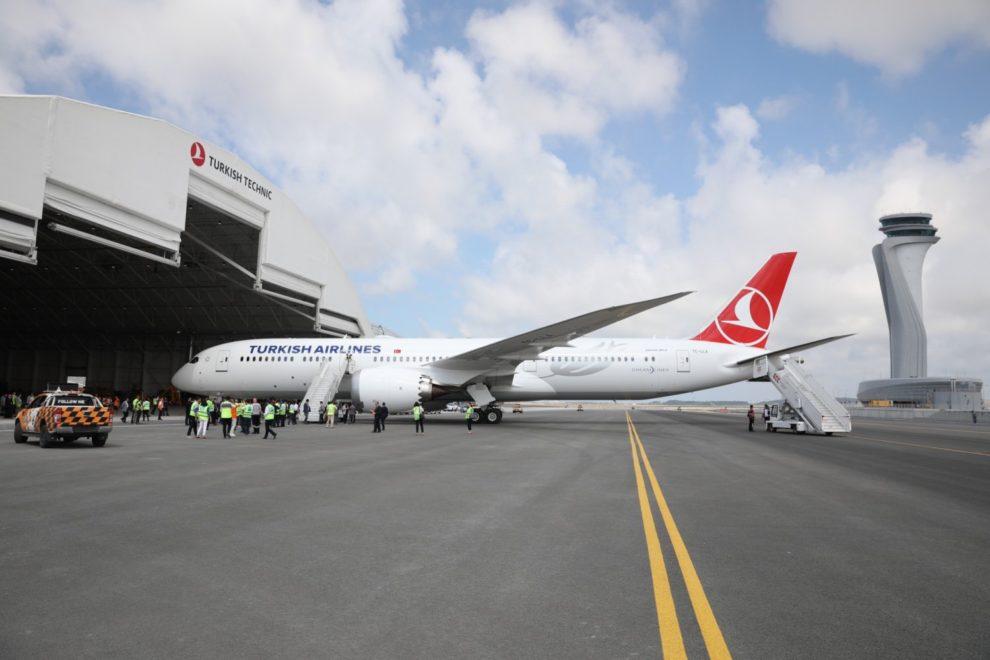 TC-LLA, el primer Boeing 787-9 de Turkish Airlines en el aeropuerto de Estambul a su llegada en el vuelo de entrega.