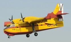 Aterrizaje de uno de los cuatro Canadair CL-15T que han participado en el desfile