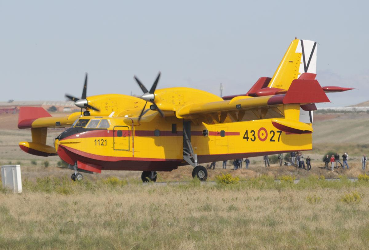 Canadair CL-215T rodando al despegue