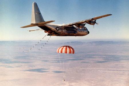Imagen de la USAF de la recuperación en vuelo de una cápsula  fotográfica mediante un C-130 .