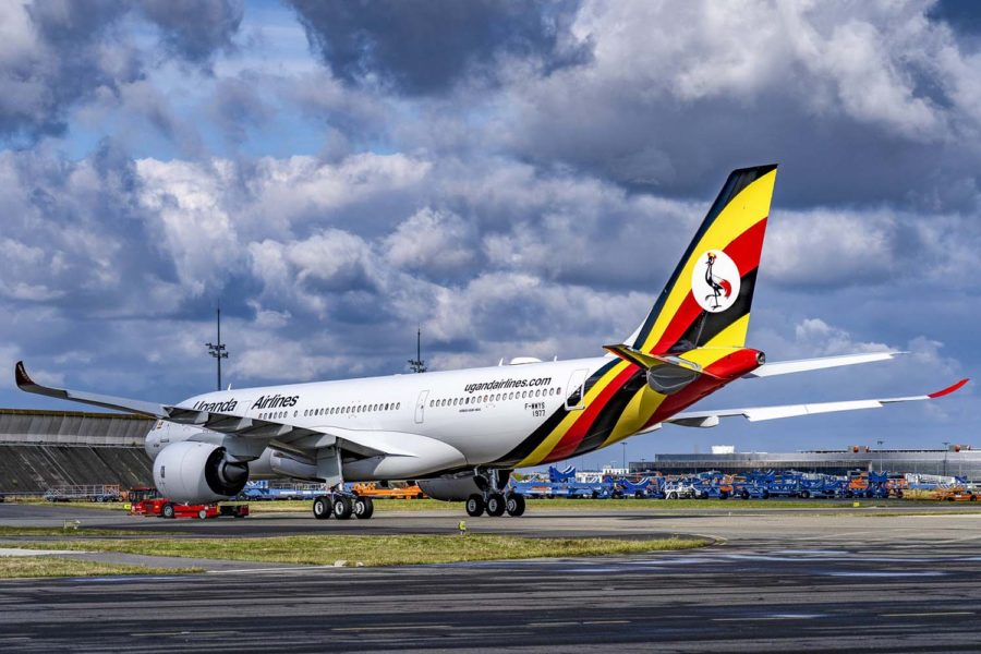 El primer A330-800 de Uganda Airlines en Toulouse tras salir del hangar de pintura de Airbus.