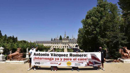 Protesta del sindicato británico Unite en la Granja (Segocia), localidad en la que reside Antonio Vázquez.
