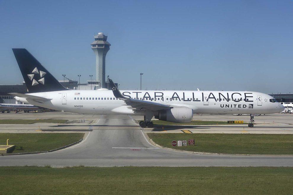 Boeing 757-200 de United con colores de Star Alliance en el aeropuerto de Chicago O'Hare.