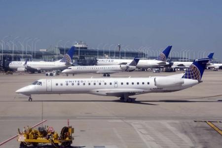 United va a sustituir gran parte de sus aviones de 50 plazas, como este Embraer ERJ-145,  por nuevos Boeing 737-700 de 118 asientos.