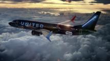 El Boeing 737 de United va dedicado a cada lado de la fuerza por cada uno de sus laterales.
