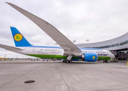 El B-787 de Uzbekistan Airways en el centro de entregas de Boeing en Everett poco antes de partir haciaTashkent, capital de Uzbequistán.
