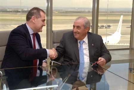 José Manuel Vargas y Juan José Hidalgo tras la firma de la cesión de la parcela para un hangar para aviones Boeing 787 en el aeropuerto Madrid Barajas.