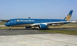 El Airbus A350 luce la nueva decoración de Vietnam Airlines, una variación de la anterior, ahora con una banda dorada en arco en lugar de una blanca recta, y con la panza en crema en gris oscuro.
