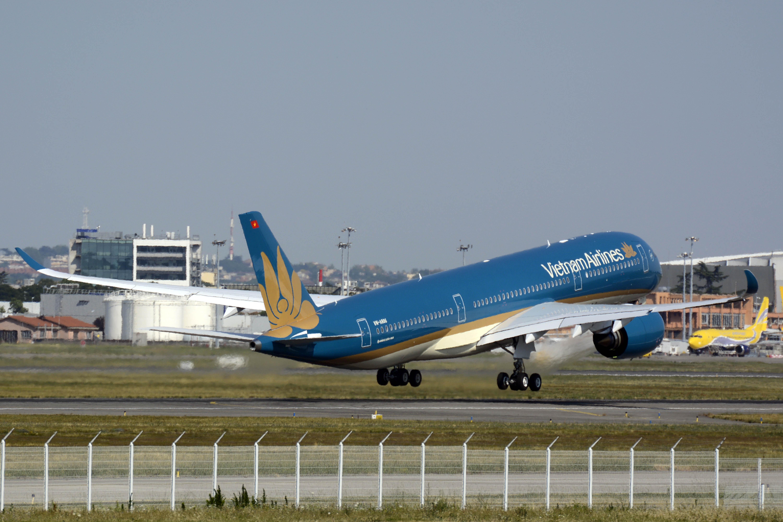 Despegue hacia Hanoi del Airbus A350 de Vietnam Airlines en su vuelo de entrega.