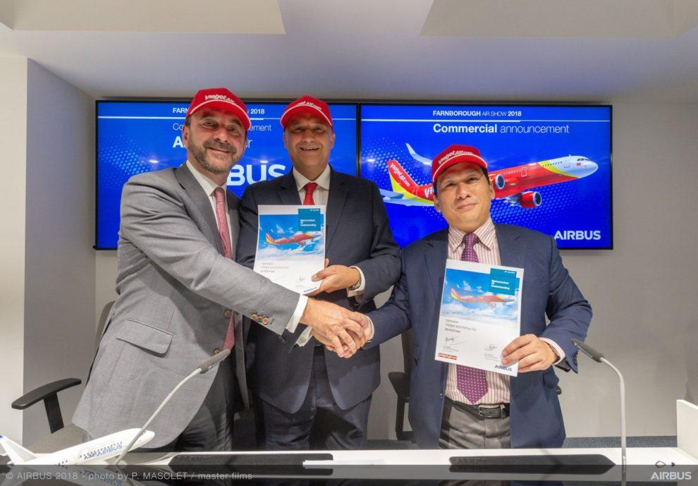 Firma en Farnborough del acuerdo entre Vietjet y Airbus.