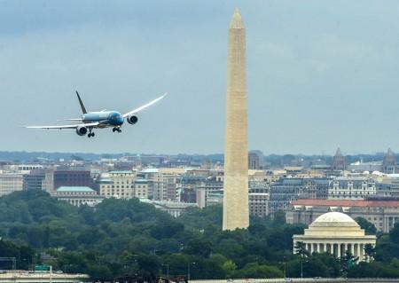Aterrizaje en el aeropuerto Ronald Reagan Washington National de Washington del primer Boeing 787 de Vietnam Airlines para su presentación/entrega.