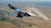 La nave Virgin galactic VMS Unity virando a final para aterrizar en el Spaceport al final de su primer vuelo planeando en Nuevo México.