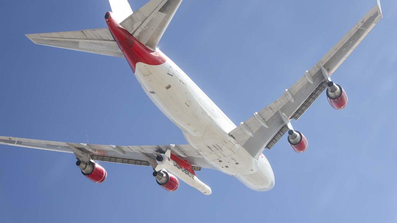 El LauncherOne se transporta en la posición que Boeing diseñó en el B-747-400 para el transporte de motores.