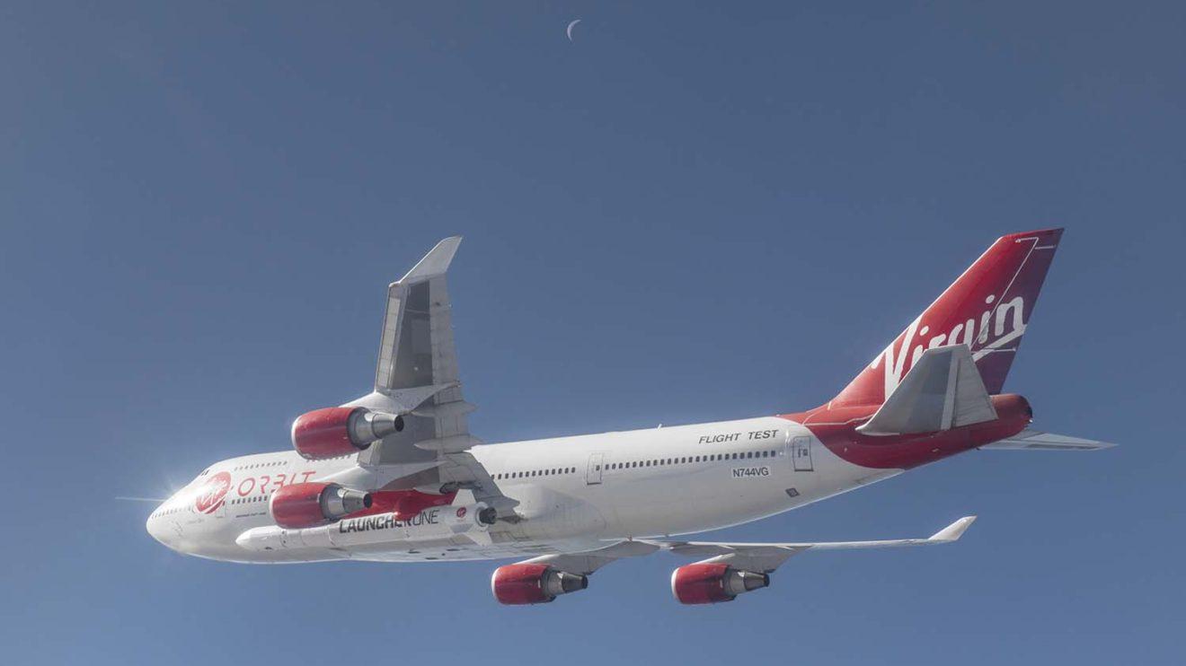 El Boeing 747 nodriza fue usado incialmente por Virgin Atlantic con la matrícula G-VWOW y bautizado Cosmic Girl.