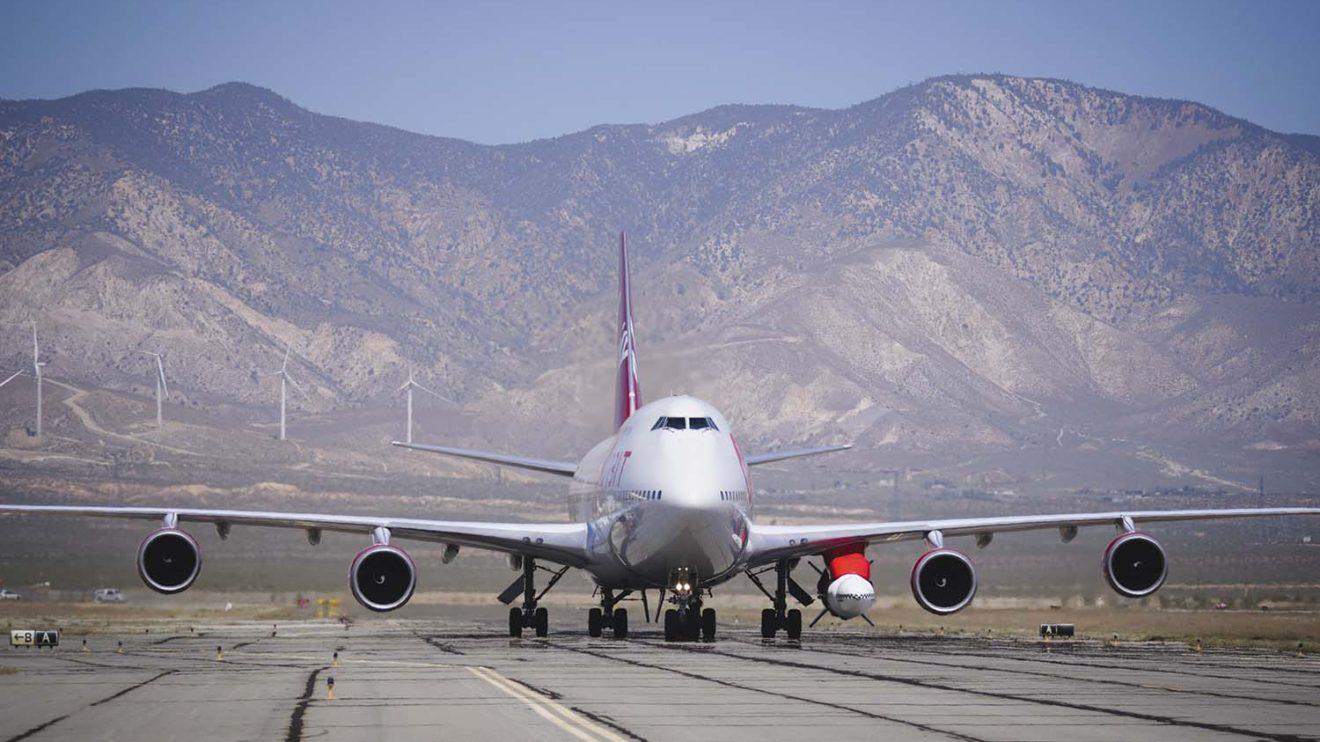 Prueba de rodaje del B-747 con el LauncherOne en Mojave previa al vuelo.