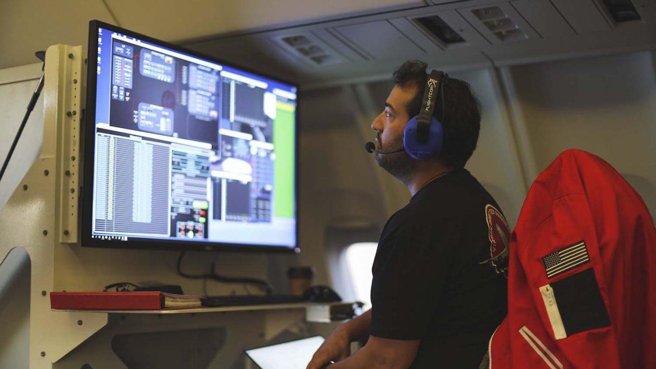 Una de las estaciones para el seguimiento de la telemetría del vuelo a bordo del Boeing 747.