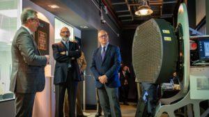 El secretario de Estado de Defensa (derecha), recibe información sobre el radar Captor de Eurofighter junto a Fernando Abril-Martorell, presidente de Indra.