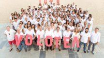 Empleados de la sede central de Volotea celebrando los 1.000 trabajadores de la aerolínea. En primera fila, sujetando la segunda O y la T Lázaro Ros y Carlos Suárez, fundadores de Volotea.