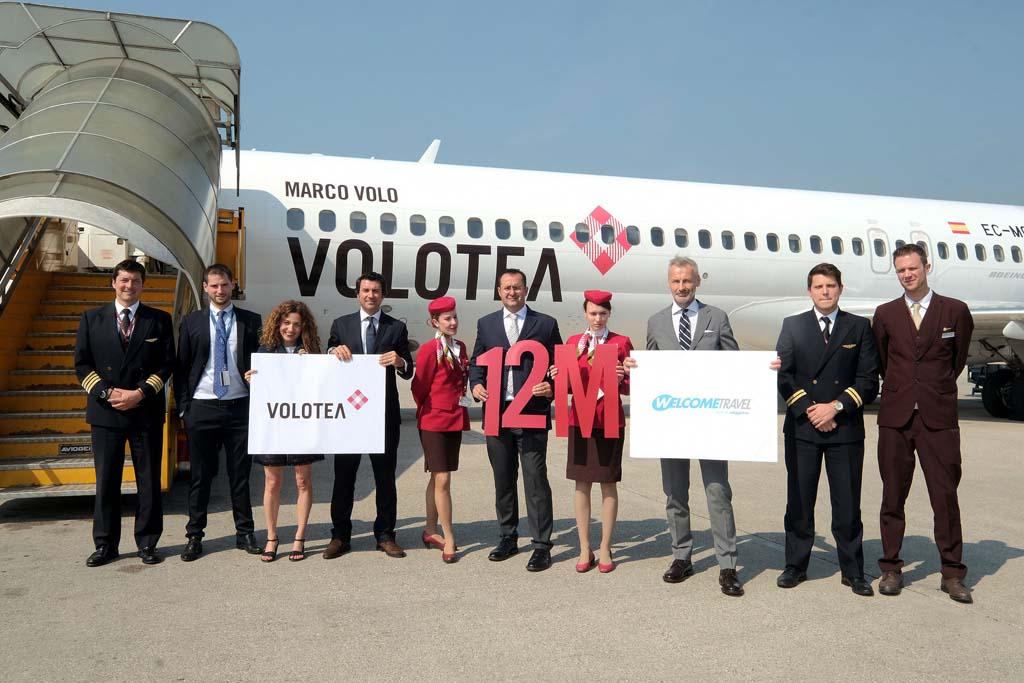 Paolo Palombi, sujentando el núemro 12, junto a representantes de Volotea, el aeropuerto de Verona, la agencia Welcome Travel y la tripulación del vuelo.