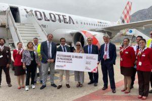 Francesca di Benedetto, al centro, acompañada de los directivos de Volotea, el aeropuerto de Palermo, el alcalde de la localidad y la tripulación del vuelo.
