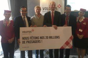De izquierda a derecha: Carlos Muñoz, consejero delegado de Volotea; Laurent Lannou, pasajero 20 millones de Volotea; Pascal Personne director del aeropuerto de Burdeos; Edo Friart, director de Desarrollo Internacional de Volotea y tripulantes de cabina de Volotea.