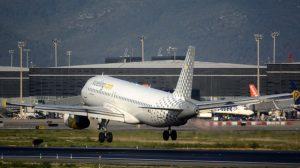 Airbus A320 de Vueling aterrizando en el aeropuerto de Barelona El Prat.