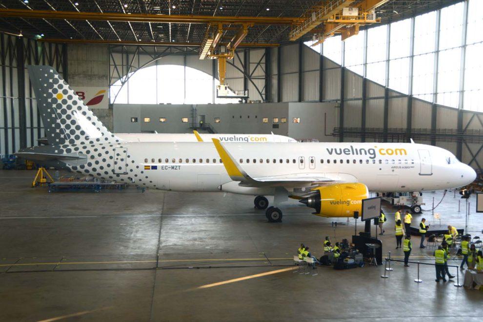 El primer Airbus A320neo de Vueling en el hangar de Iberia en Barcelona.