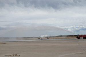 Arco de agua de los bomberos del aeropuerto de Alicante-Elche al quinto Airbus A320 de Vueling basado en el mismo.