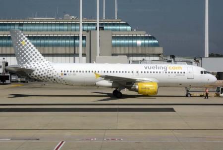 Airbus A320 de Vueling en el aeropuerto de Roma Fiumiccino, una de la dos bases fuera de españa de la compañía, y en las que Sepla denuncia que la aerolínea española no aplica a los pilotos allí basados en convenio firmado para este colectivo.