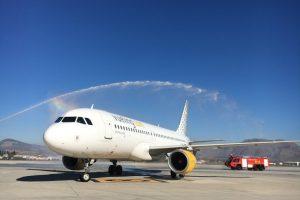Recepción en el aeropuerto de Granada del vuelo inaugural desde Bilbao a cargo del Airbus A320 EC-MBM.