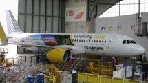 El Airbus A320 EC-NEX de Vueling con su nueva decoración promocionando la isla de Tenerife.