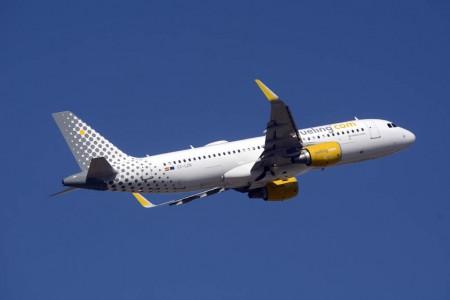 Airbus A320 de Vueling equipado con una antena para ofrecer internet a bordo a sus pasajeros.