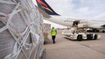 Descarga en Canarias de material sanitario de un A340 de Plus Ultra