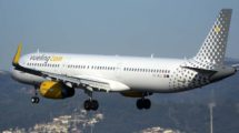 Airbus A321 de Vueling aterrizando en el aeropuerto de Barcelona.