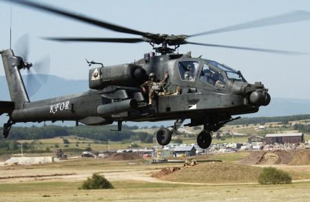 Ejercicio para evacuar a soldados mediante helicópteros AH-64 por parte del Ejército británico.