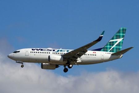 """Boeimg 737-700 de Westjet con los colores """"escoceses"""" en su cola."""