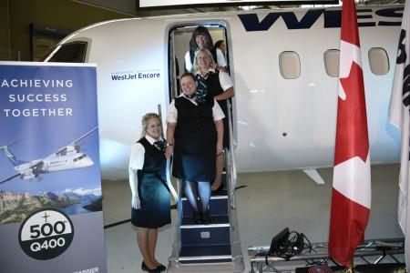 Azafatas de Westjet Encore en la entrega del Q400 número 500.