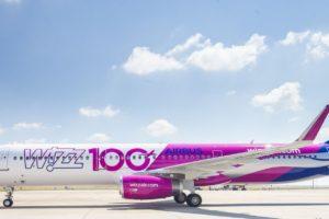El centésimo avión de la familia Airbus A320 de Wizz Air es este A321 que ha sido decorado especialmente para conmemorar este hito.