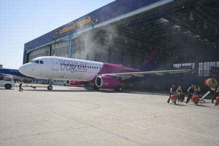 Salida del hangar del Airbus A320 con los nuevos colores de Wizzair.