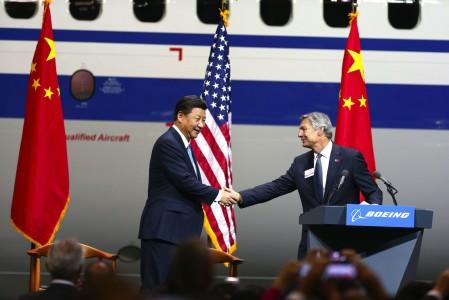 Xi Jinping y Ray Conner se saludan a la llegada del presidente chino a Boeing.