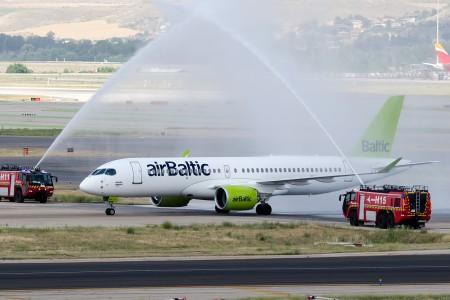El vuelo inaugural de Air Baltic a Madrid con el Bombardier CS300 ha sido recibido con el tradicional arco de agua. (Foto Diego Ruiz de Vargas)