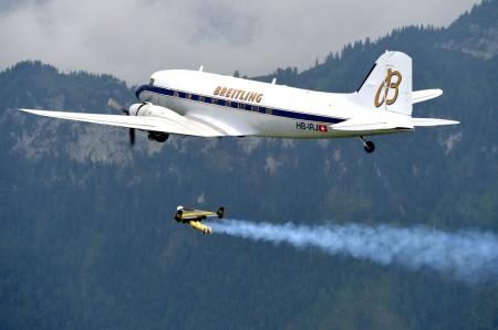 Vuelo en formación de un DC-3 y un hombre cohete