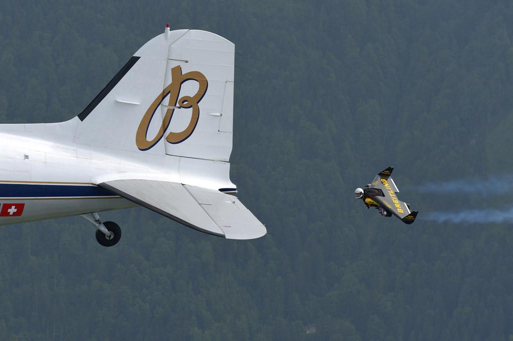 Vuelo en formación entre un hombre cohete y un DC-3